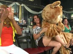 Dames at the strip club like sucking on strange dick