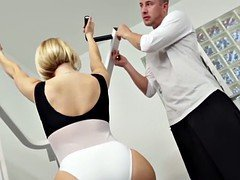 Boobalicious skank bouncing on spotters ramrod in gym