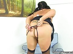 British sexually available mom Katie Coquard puts her sex dildo to work