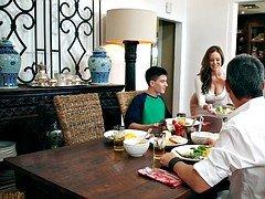 Mom steals away boyfriend with thanksgiving breakfast