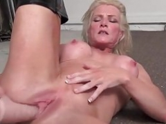 Brawny cougar Mandy Foxx is wanking in sexy boots