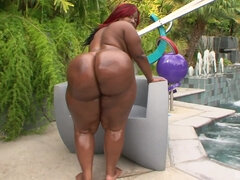 Mz Rump Shows Her Huge Buttocks