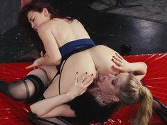 Leszbikusok dörzsöli punci punci