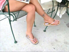 stringing up Sexy legs In roll Flops