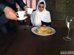 Belle arabe Hungry Lady Gets Food and plus Get down and dirty
