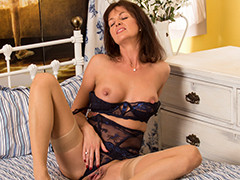 MILF Lucy Heart Have Fun With Her Minge