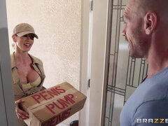 Blonde delivery girl Sarah Jessie hotly blowjobs big dick and enjoys hardcore