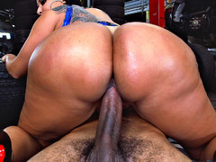 Kiara Mia rode the cock at the mechanic shop