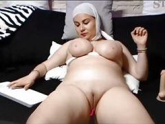 SAUDI ARABIAN Female SHOWS HER SHAVEN PUSSY