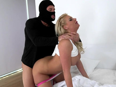 Boobalicious blonde gets screwed by pumped up burglar