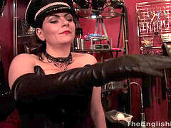 Leather domina prizes her sub