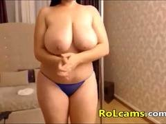 Rotund babe dances on a strip pole on webcam