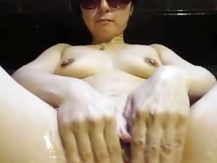 Asian dame is cleaning her muff