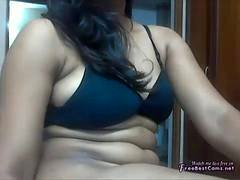 Chunky Indian girl shows her amazing body on the online camera